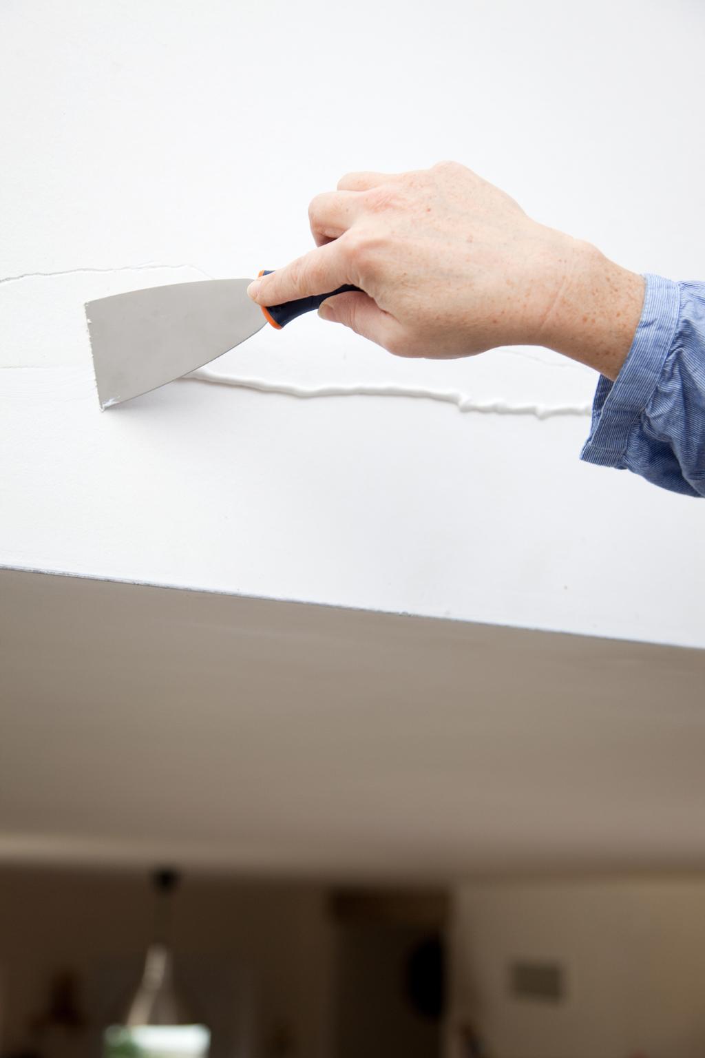 Reboucher une grande fissure dans un mur