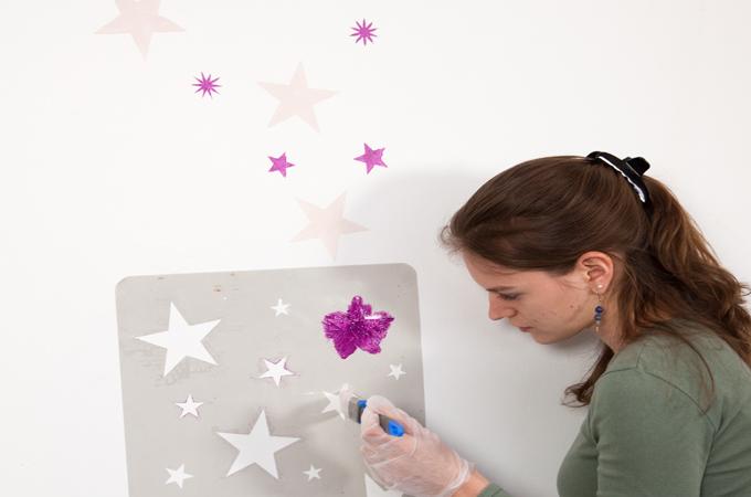 peindre un motif sur un mur diy family. Black Bedroom Furniture Sets. Home Design Ideas