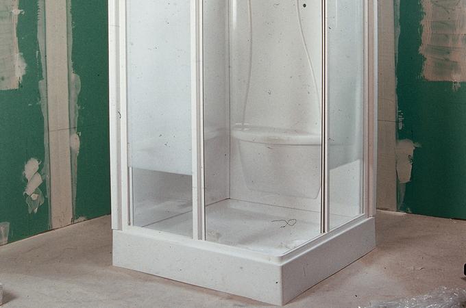 Monter les parois d'une douche intégrée