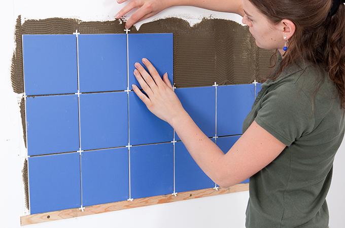 poser un carrelage mural en cr dence diy family. Black Bedroom Furniture Sets. Home Design Ideas