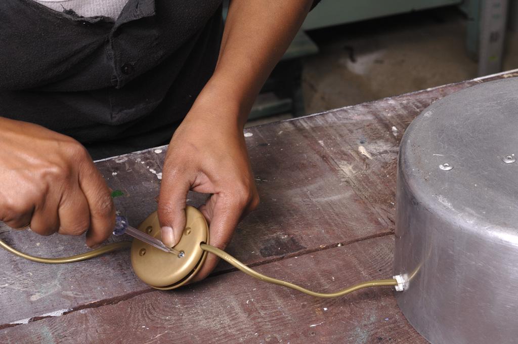Transformer des casseroles en lampe