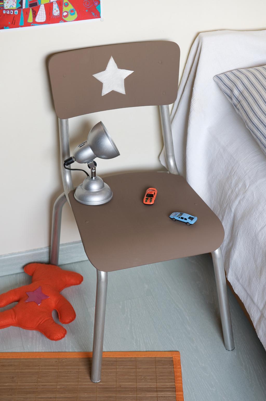 Transformer une chaise en table de nuit