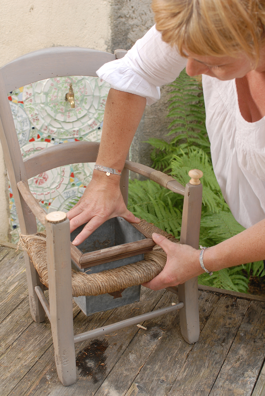 Transformer une chaise en pot de fleurs