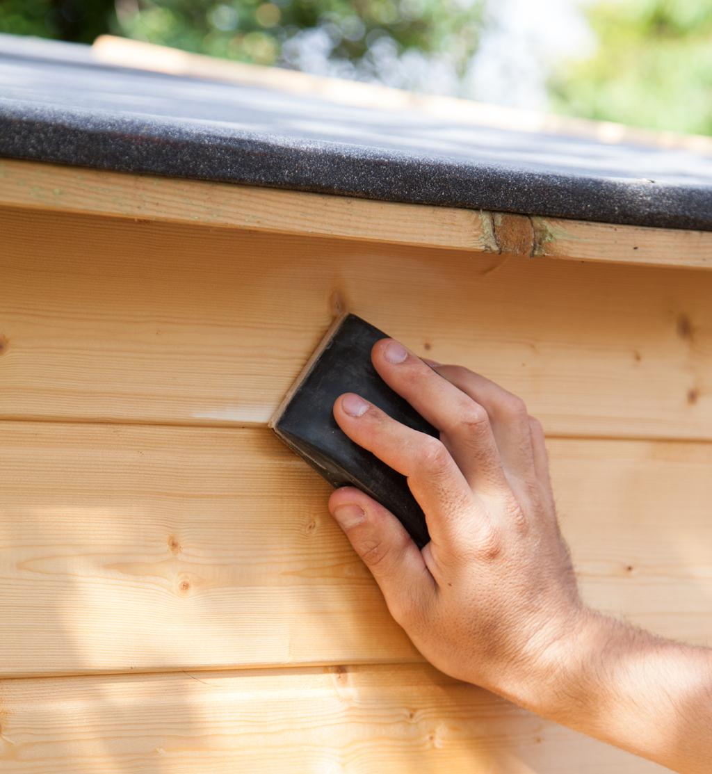 Appliquer une lasure sur une cabane de jardin